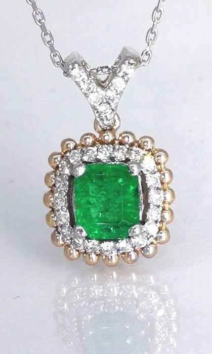 Diamond pendant with a green emerald 0.60 ct and 27 diamonds total 0.25 ct *****NO RESERVE PRICE****
