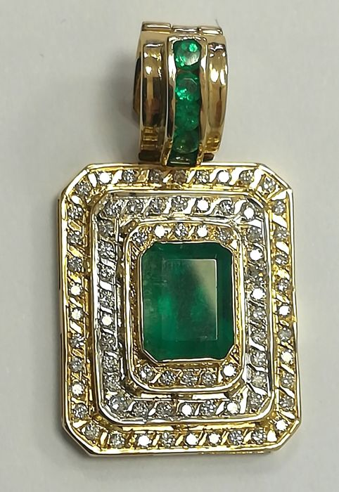 Pendant in 18 kt yellow gold with central emerald, 5.50 ct, and diamonds, 0.75 ct, G/VS, weight: 15.50 g