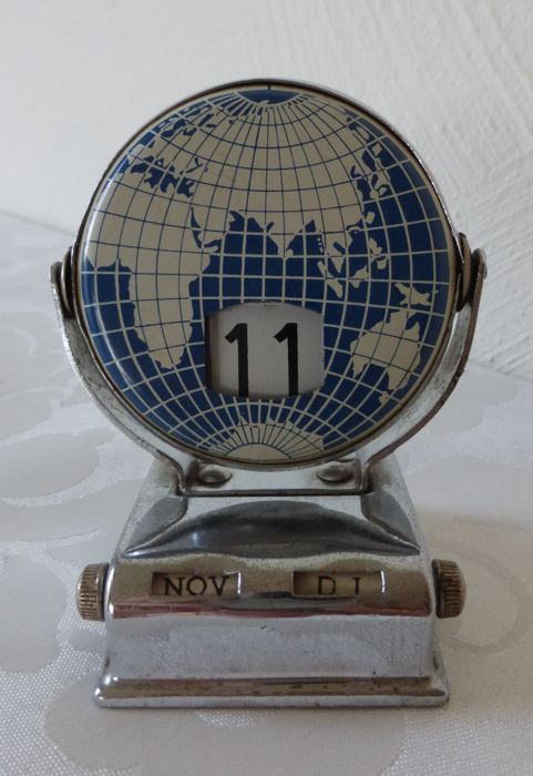 "Decorative ""perpetual calendar"" in the form of a globe from the 1950s"