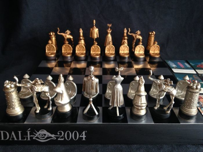 Complete surrealist chess - Salvador Dalí