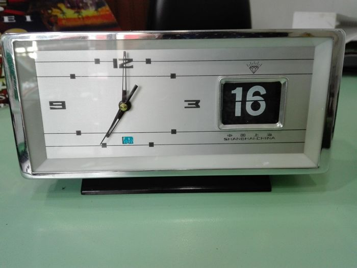 Desk clock with date, space age design. 1970s, Shanghai Diamond, manual charge