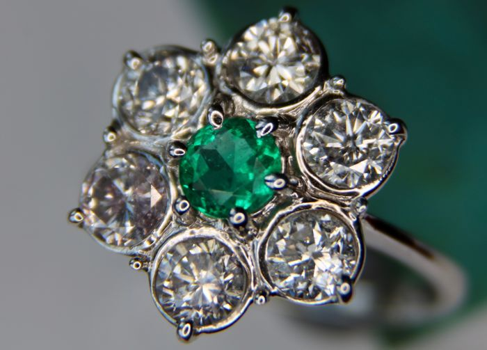 2,66ct total Columbian Emerald and 6 large Diamonds [F-G/SI-I1] ring from 18ct white Gold with international AIG certificate