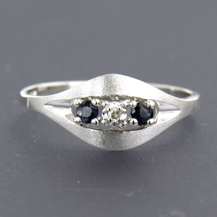 14 kt white gold ring set with sapphire and a single cut diamond, approx. 0.03 carat in total