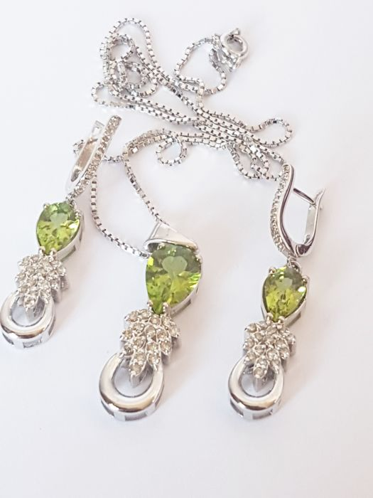 18 kt/750 white gold dangle earrings + necklace with pendant 16.1 g with diamonds 87 ct and peridot 6.40 ct in total