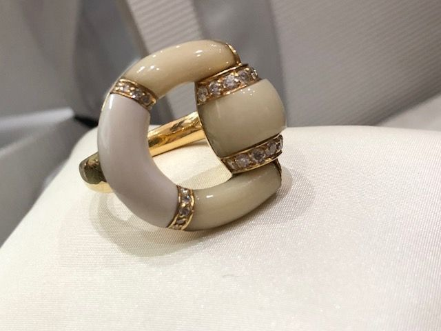 Gucci - Women's ring in ceramic and 18 kt gold with diamonds, made in Italy