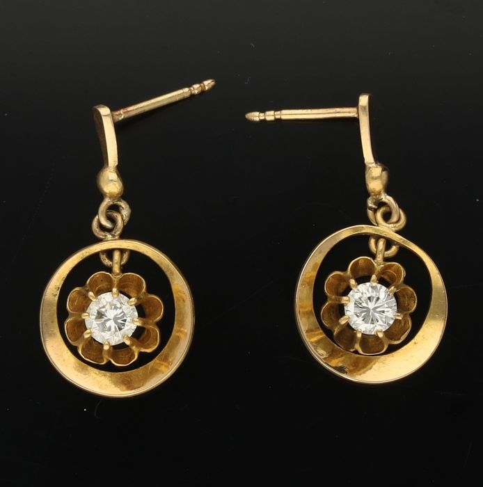 14 kt - Yellow gold earrings each set with a brilliant cut diamond of approx. 0.34 ct. - Length x Width: 26 mm x 14 mm
