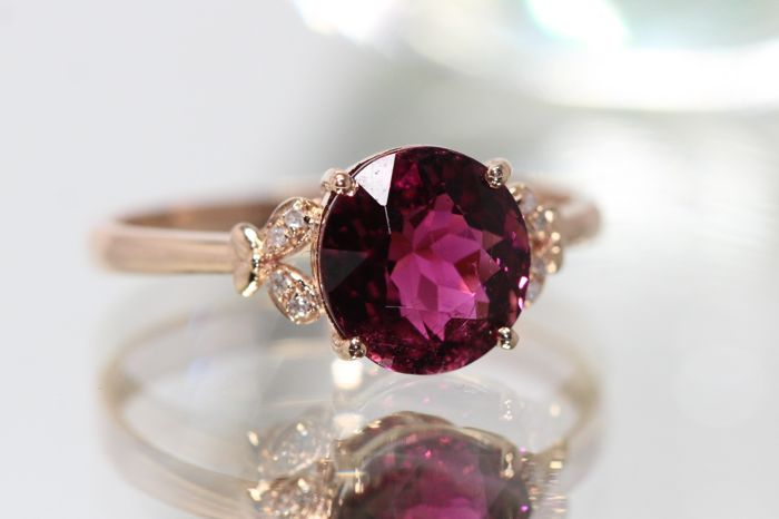 18 kt rose gold ring set with natural tourmaline and diamonds. Ring size 53.