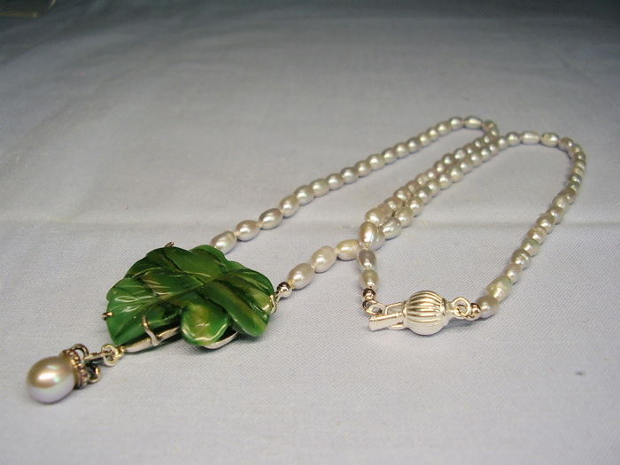 Goldsmith workmanship with green, hand-carved jade / nephrite leaf (30 ct) on delicate grey pearl necklace