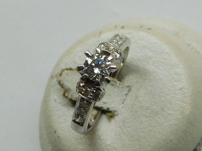 Ring in 18 kt white gold, 0.42 ct, 0.025 ct, 5.5 g, inner size: 17 mm