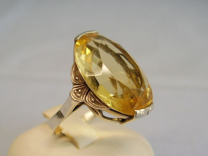 Art deco ring with large, oval facetted, natural citrine of 15 ct.