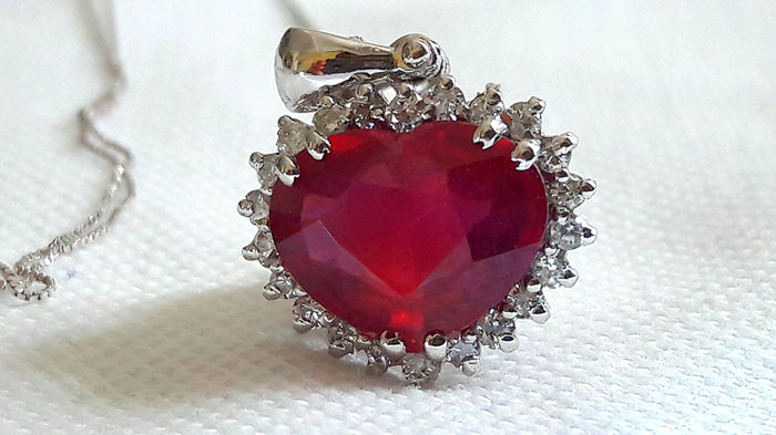 Necklace and pendant in 18 kt white gold with heart-shaped ruby, 3.68 ct, and diamonds, 0.44 ct - no reserve