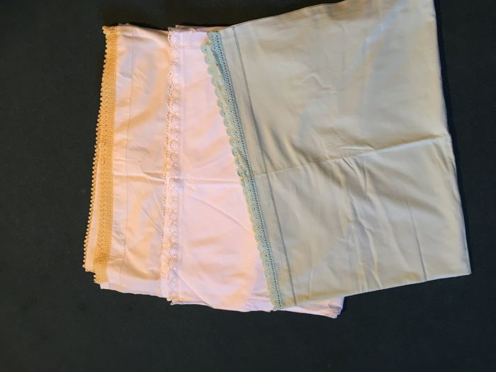 Lot of 5 linen and cotton bedhseets with lace applications - single and double