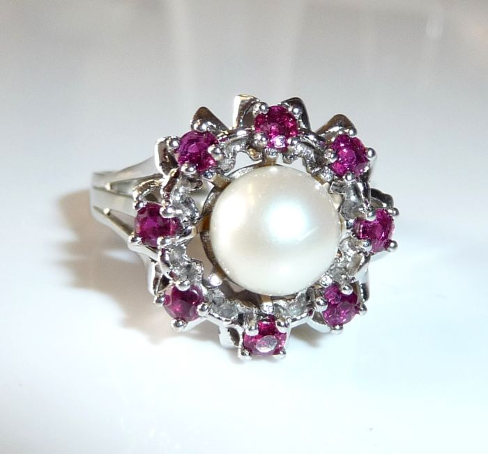 Ring in 14 kt / 585 white gold ruby wreath with 8 rubies + Akoya pearl, ring size 58; No Reserve Price