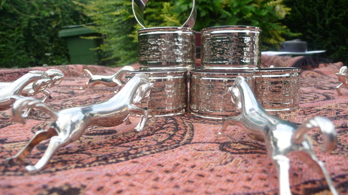 8 beautiful silver plated napkin rings and 12 silver plated knife / cutlery holders