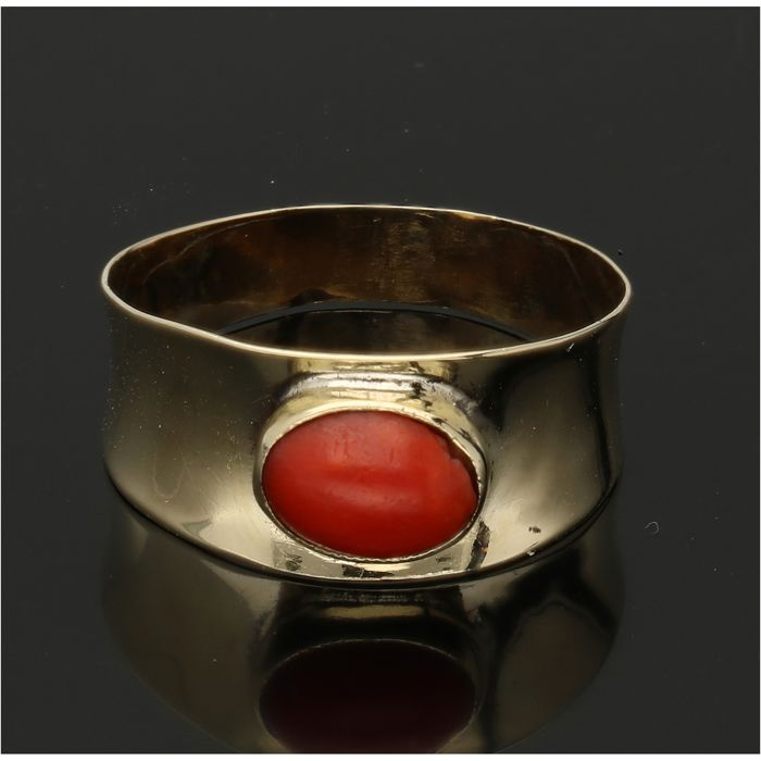 14 kt - Yellow gold ring set with a cabochon cut precious coral - Ring size: 16.25 mm