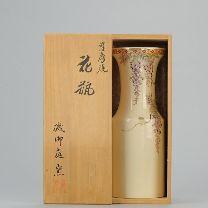 Satsuma flower vase with original tomobako (wooden box) - Marked 'Isononiwa kiln' 磯御庭窯 - Japan - Late 19th/Early 20th century