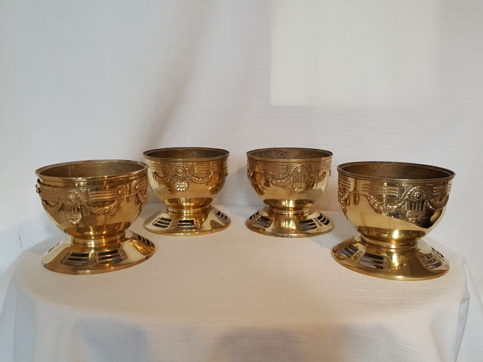 Set of four beautiful heavy brass pots decorated with Classical garlands and fluted columns (1,5 kg each)
