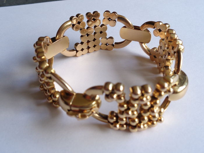 Yellow gold bracelet which features 4 motifs with hinged balls