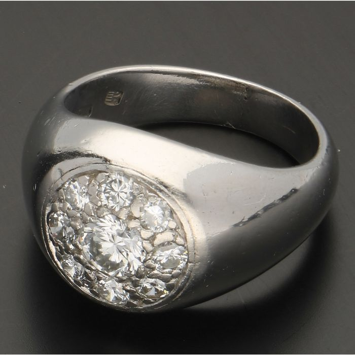950 - Platinum ring set with 9 brilliant cut diamonds of approx. 0.88 ct. - Ring size: 17 mm