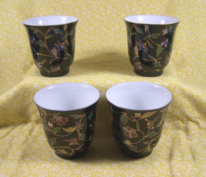 A set of four marked tea bowls with polychrome floral decoration - China - ca 1980-1990