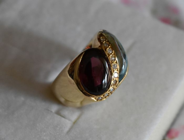 Pinkie ring in 18 kt gold with red tourmaline, topaz and 10 diamonds for 0.12 ct - Ring size: 12 mm