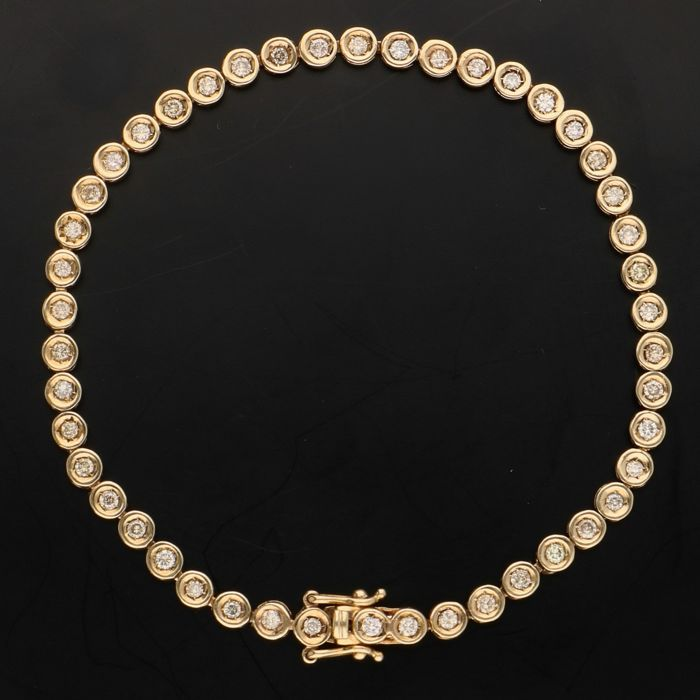 14 kt - Yellow gold tennis bracelet set with 46 brilliant cut diamonds of approx. 0.92 ct in total - Length: 17.5 cm - No reserve price -