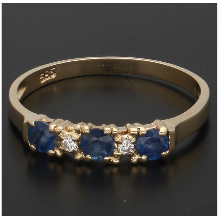 14 kt - Yellow gold ring with 2 brilliant cut diamonds, approx. 0.02 ct in total, and 3 sapphires, set in a row - Ring size: 17.25 mm