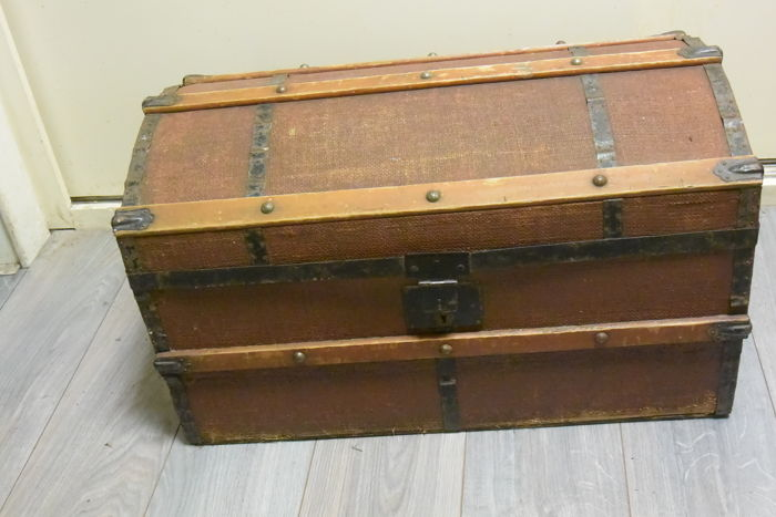 Antique trunk In good condition  Early 1900