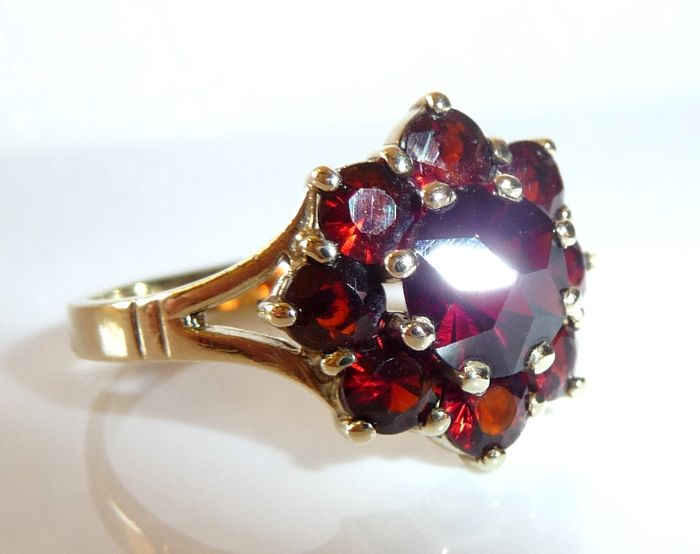 Garnet ring 8 kt/333 gold with dark red Bohemian garnet rosette shape RS 59/18.8 mm