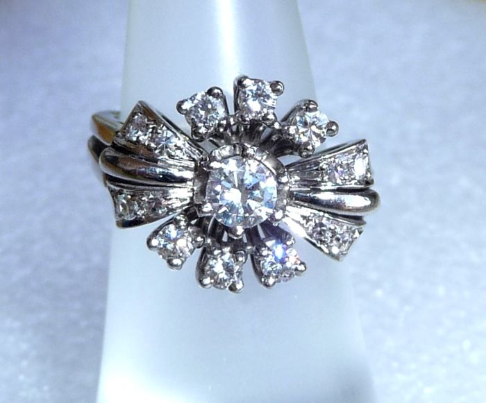 14 kt / 585 white gold ring approx. 0.95 ct diamonds central diamond of 0.40 ct. Ring size can be selected between 50-55