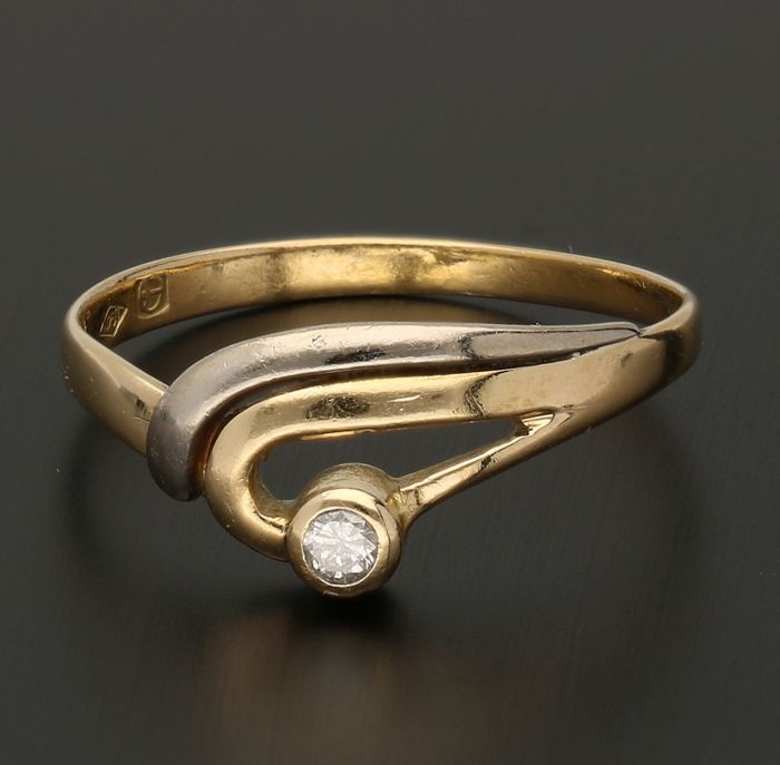 18 kt Yellow-gold ring with white-gold details, set with a brilliant-cut diamond of approx. 0.04 ct - ring size: 17 mm