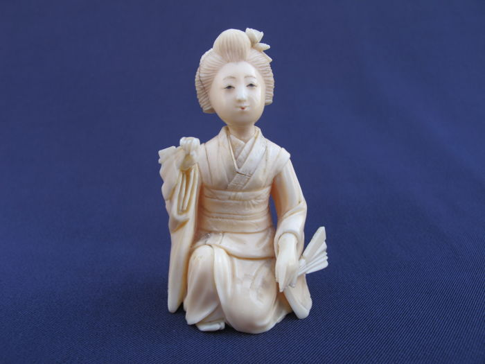 Ivory okimono - 'Kneeling geisha' - Signed - Japan - around 1900-30 (Meiji/Taisho period)
