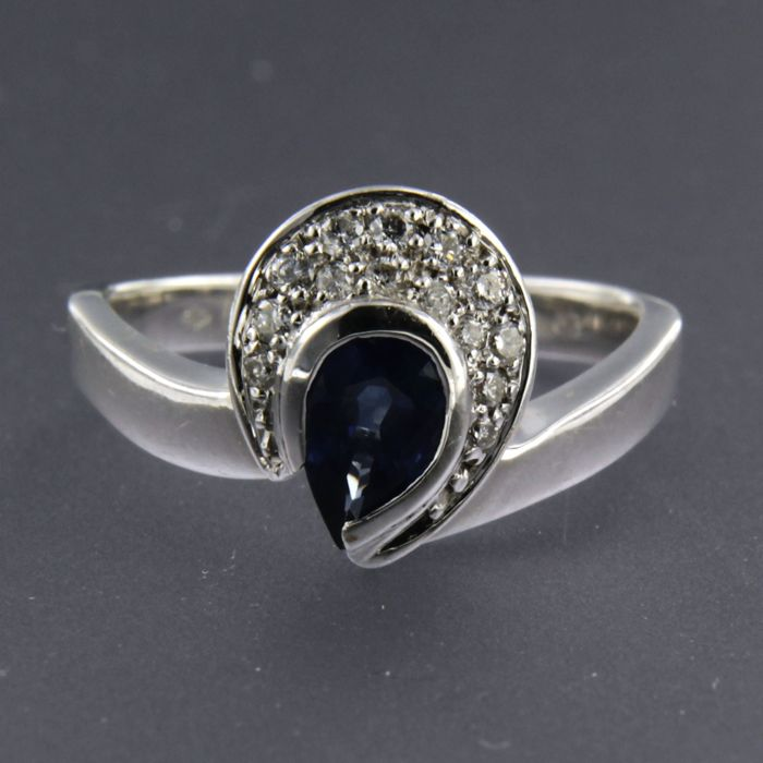18 kt white gold ring set with sapphire and 14 brilliant cut diamonds approx. 0.13 carat in total, ring size: 17.25 (54)