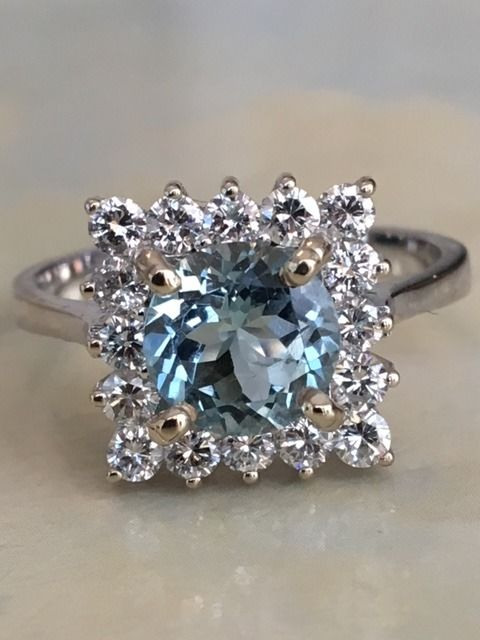 18 kt white gold women's entourage ring with an aquamarine of approx. 1.20 ct and diamonds of approx. 0.64 ct, G/VS - Size 17.25 mm