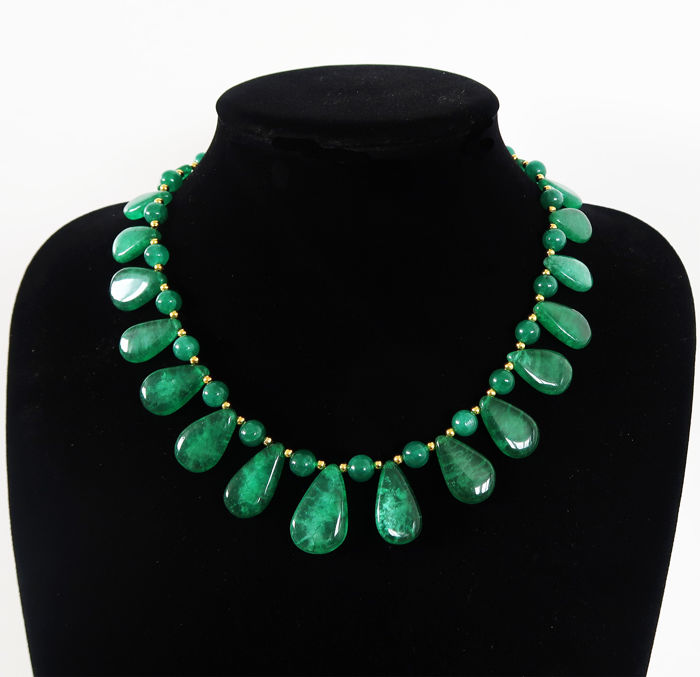 Necklace in emeralds with 14 kt hallmarked clasp - 45.5 cm - 360 ct
