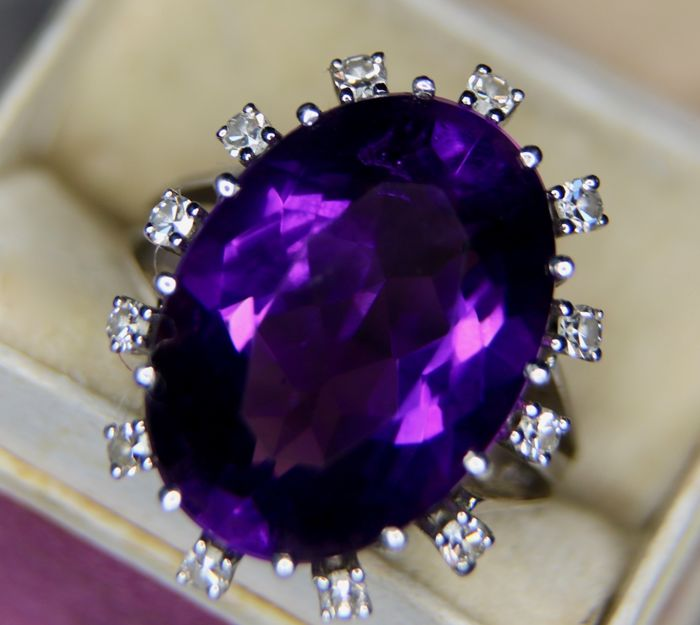Classic handcrafted white gold ring (7 gram) with an oval facetted Amethyst ca. 11Ct and 12 brilliants  G/VVS1; total ca. 11.30Ct.