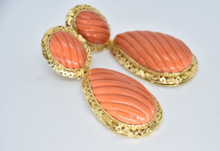 Impressive pendant earrings in 18 kt gold and Japanese coral.  The coral is engraved and is very high quality and of an homogeneous colour. The gold setting has beautiful engraved detailing.