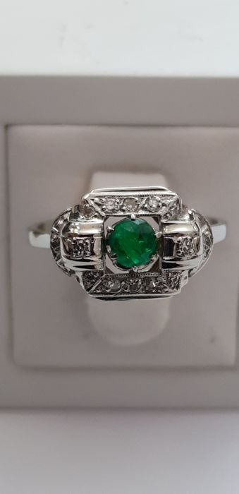 Ring art deco in platinum and grey gold 750 set with an exceptional emerald from Colombia old mine, enhanced by 8/8 cut diamonds