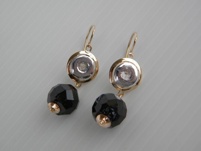 Antique style earrings in 14 kt rose gold with natural diamonds totalling 0.18 ct and natural garnet – Late first half of the 20th century