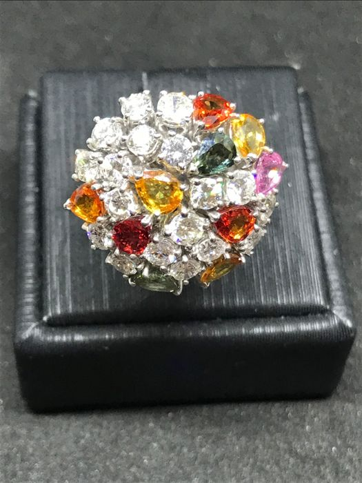 Fantasy ring in 18 kt gold - With 18 brilliant cut diamonds totalling 2.10 ct, colour H, clarity VS2 + 10 sapphire corundums in various colour totallign 2.5 ct - Size: 14-15/54-55 - Resizing available - 10.41 g