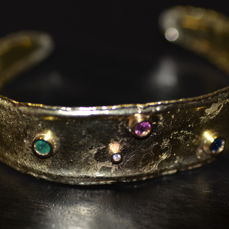 Dierre De Regibus di Valenza, hand-crafted bracelet in 18 kt gold with 0.03 ct diamond, colour F, VS1, emerald, ruby and sapphire, weighing 0.15 ct each for a total of 0.48 ct of natural gemstones No reserve price