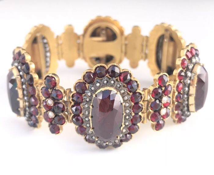 Hinged cuff bracelet in 18 kt gold and silver Napoleon III period, decorated with garnets and pearls (42.6 ct)