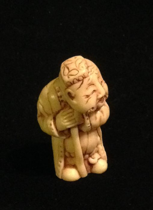 Ivory netsuke - Man with a dragon hat and cane - Signed 'Mitsuyuki' 光之 - Japan - Circa  20th century (Meiji period)