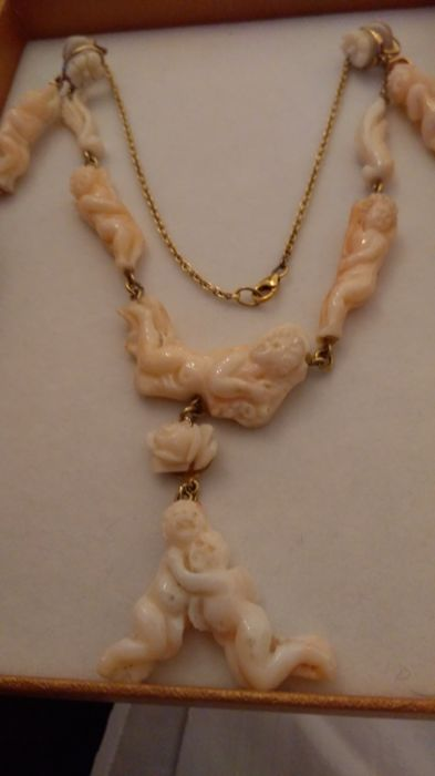 Antique choker necklace and earrings in 'angel skin' coral, entirely hand carved, late 19th / early 20th century