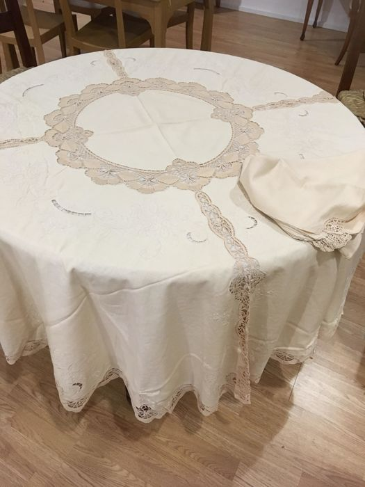 Beautiful round tablecloth for 12 - made of linen, beige, hand embroidered with crochet inlays - including a tone-on-tone cotton under-tablecloth + 12 napkins
