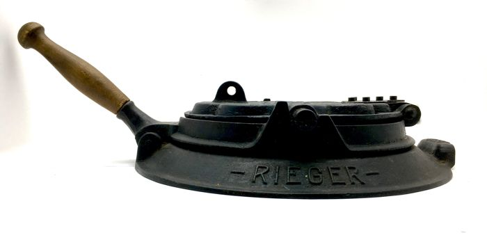 Alexanderwerk Rieger -  'Klipp Klapp' waffle iron with typography in relief - ca. 1900, Germany