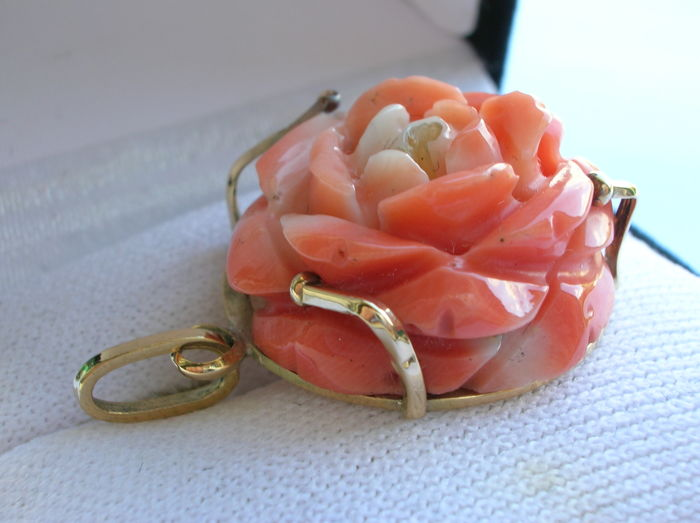 18 kt gold pendant with carved Cerasuolo coral rose
