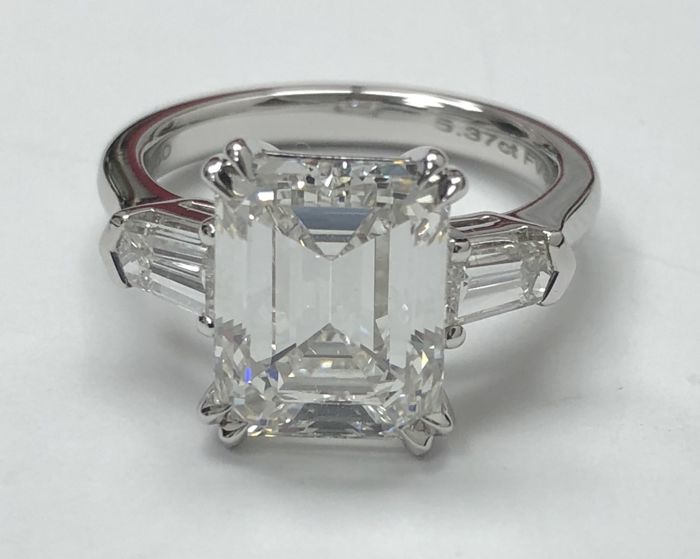 5.37ct Diamond ring F VS1 HRD– centre Emrald cut diamond of 0.30 ct,F VS1 – side diamonds totalling 0.60 ct - Ring size: 15 UK