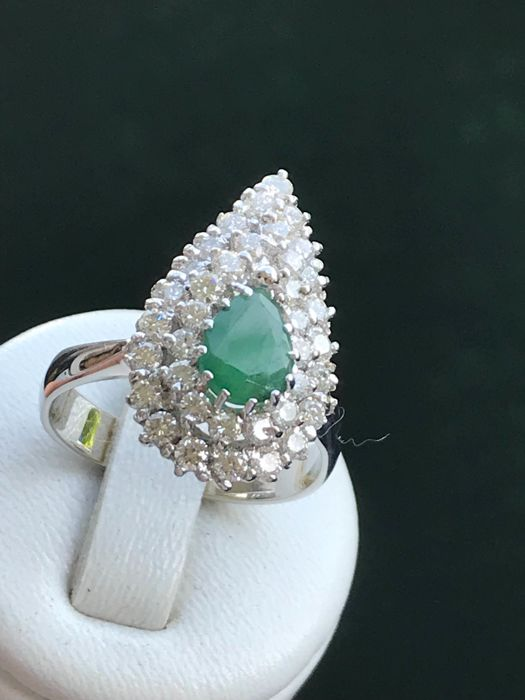 Platinum ring with emerald and diamonds of 2.75 ct in total, G - Size 60 - 19.05 mm
