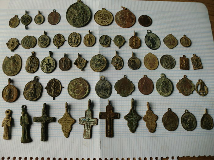Lot of 53 crosses and religious medals (17-19 centuries)
